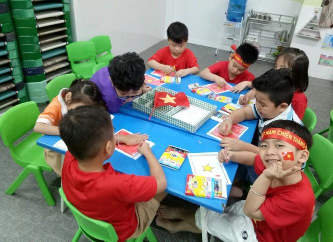 Học sinh tiểu học TPHCM diện áo cờ đỏ sao vàng tiếp lửa cho U22 Việt Nam - ảnh 7