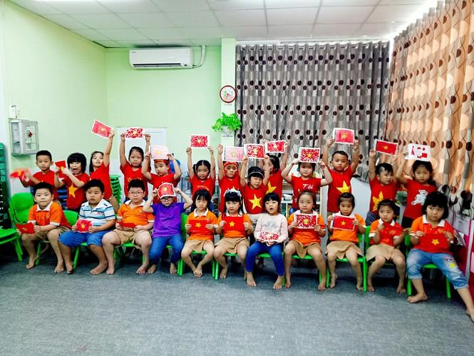 Học sinh tiểu học TPHCM diện áo cờ đỏ sao vàng tiếp lửa cho U22 Việt Nam - ảnh 13