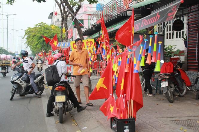 Học sinh tiểu học TPHCM diện áo cờ đỏ sao vàng tiếp lửa cho U22 Việt Nam - ảnh 16