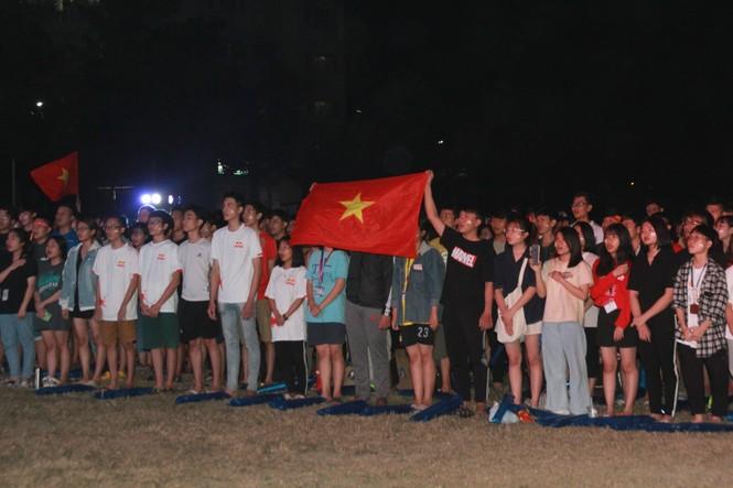 Từ ký túc xá, hàng trăm sinh viên chào cờ cộng hưởng cùng đội tuyển U22 Việt Nam - ảnh 1