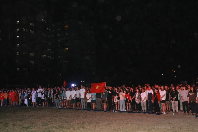 Từ ký túc xá, hàng trăm sinh viên chào cờ cộng hưởng cùng đội tuyển U22 Việt Nam - ảnh 2