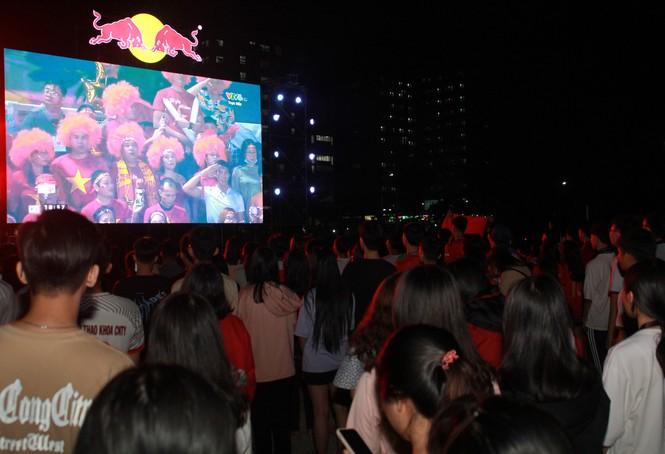 Từ ký túc xá, hàng trăm sinh viên chào cờ cộng hưởng cùng đội tuyển U22 Việt Nam - ảnh 3