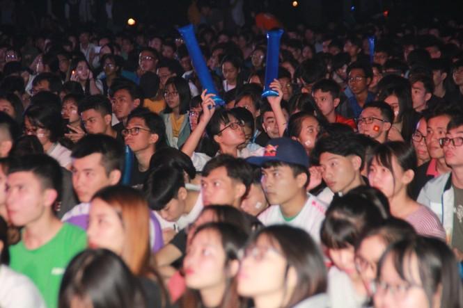 Từ ký túc xá, hàng trăm sinh viên chào cờ cộng hưởng cùng đội tuyển U22 Việt Nam - ảnh 4