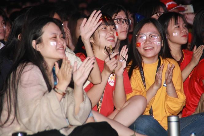 Từ ký túc xá, hàng trăm sinh viên chào cờ cộng hưởng cùng đội tuyển U22 Việt Nam - ảnh 7