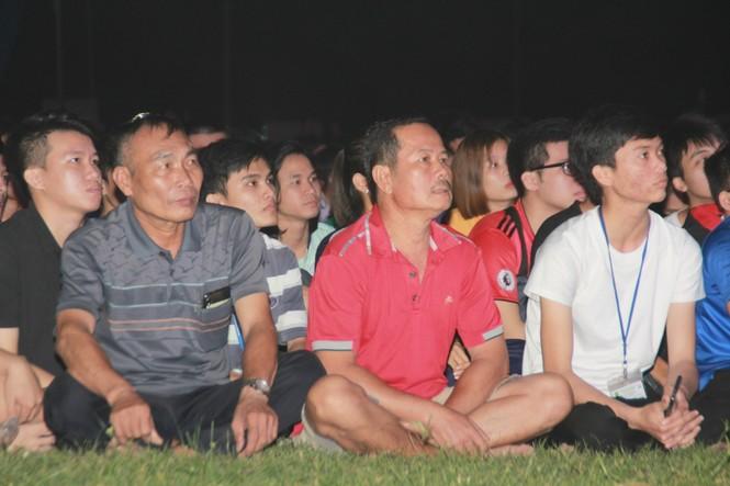 Từ ký túc xá, hàng trăm sinh viên chào cờ cộng hưởng cùng đội tuyển U22 Việt Nam - ảnh 8