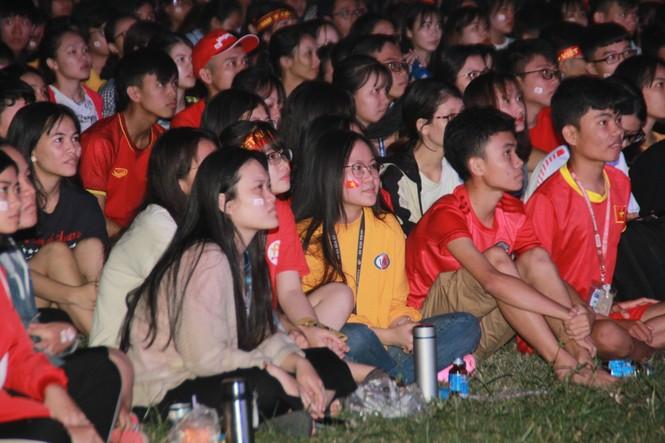Từ ký túc xá, hàng trăm sinh viên chào cờ cộng hưởng cùng đội tuyển U22 Việt Nam - ảnh 5