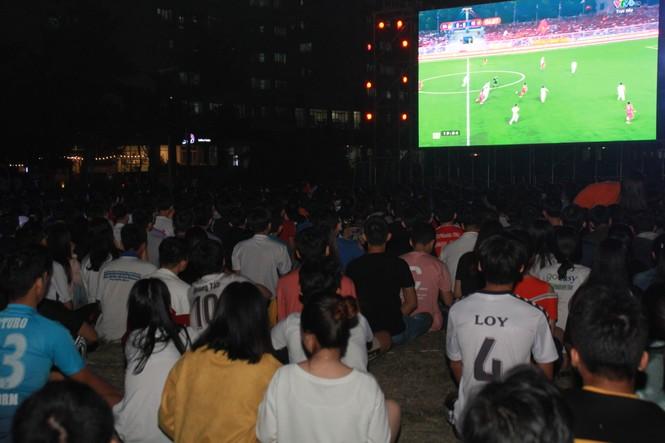 Từ ký túc xá, hàng trăm sinh viên chào cờ cộng hưởng cùng đội tuyển U22 Việt Nam - ảnh 9