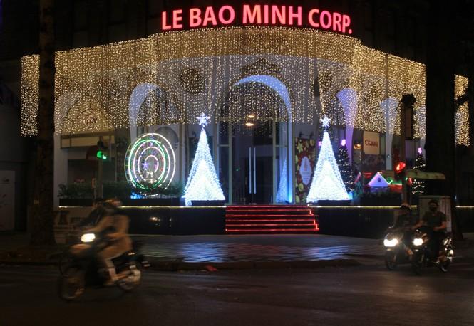 Lung linh ấm áp những cung đường góc phố Sài Gòn trước thềm Giáng sinh  - ảnh 14