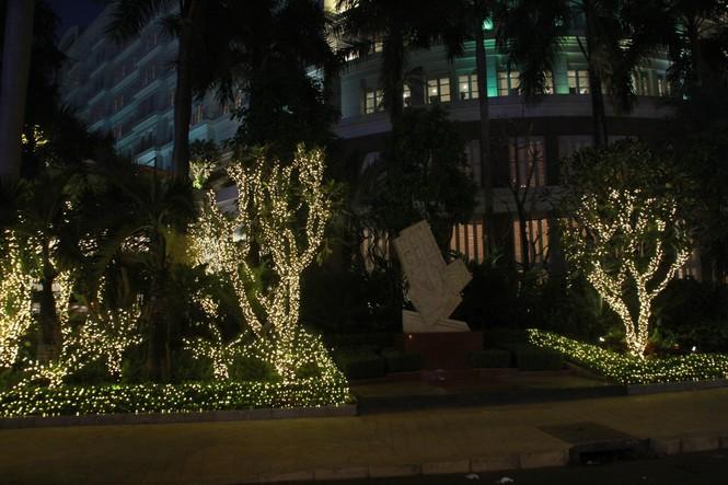 Lung linh ấm áp những cung đường góc phố Sài Gòn trước thềm Giáng sinh  - ảnh 13
