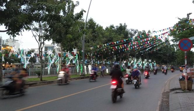Lung linh ấm áp những cung đường góc phố Sài Gòn trước thềm Giáng sinh  - ảnh 11