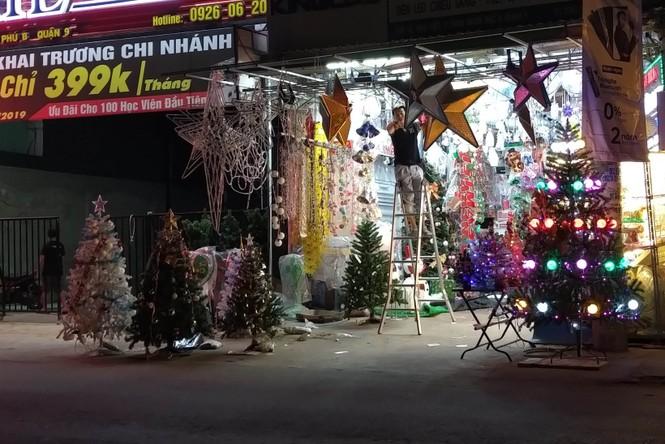 Lung linh ấm áp những cung đường góc phố Sài Gòn trước thềm Giáng sinh  - ảnh 12