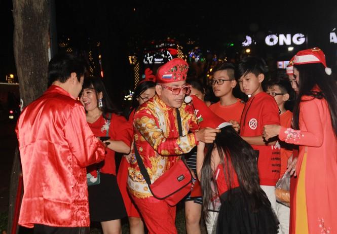 MC Thanh Bạch nhảy múa Giáng sinh tưng bừng, gây 'náo loạn' đường phố - ảnh 1
