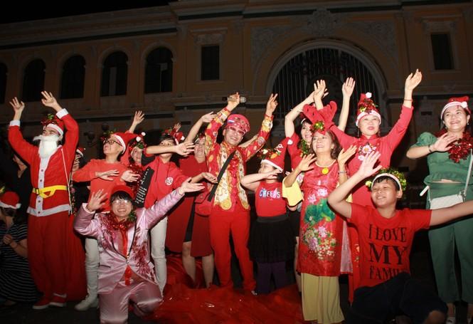 MC Thanh Bạch nhảy múa Giáng sinh tưng bừng, gây 'náo loạn' đường phố - ảnh 4