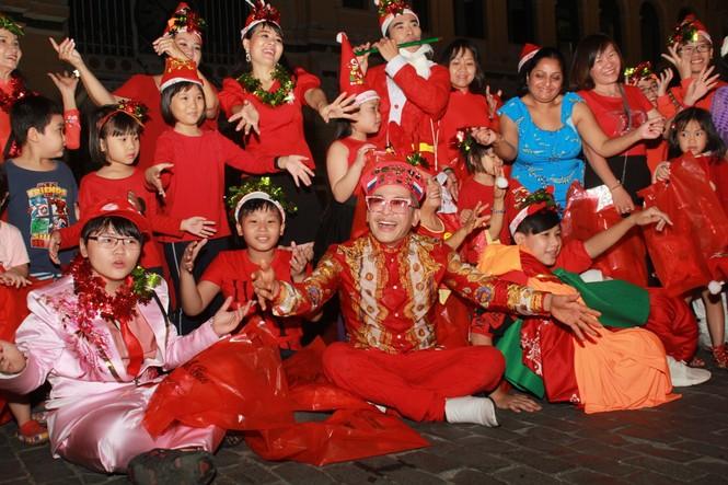MC Thanh Bạch nhảy múa Giáng sinh tưng bừng, gây 'náo loạn' đường phố - ảnh 13