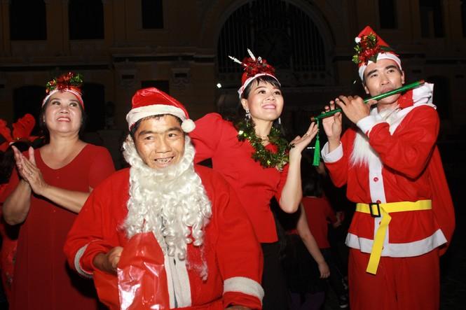 MC Thanh Bạch nhảy múa Giáng sinh tưng bừng, gây 'náo loạn' đường phố - ảnh 8