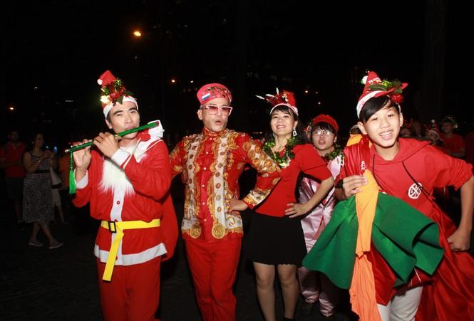 MC Thanh Bạch nhảy múa Giáng sinh tưng bừng, gây 'náo loạn' đường phố - ảnh 10