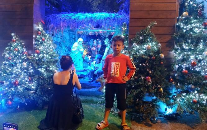 Bố mẹ đưa con đến check-in ở biệt thự lộng lẫy của Đàm Vĩnh Hưng đêm Noel - ảnh 3