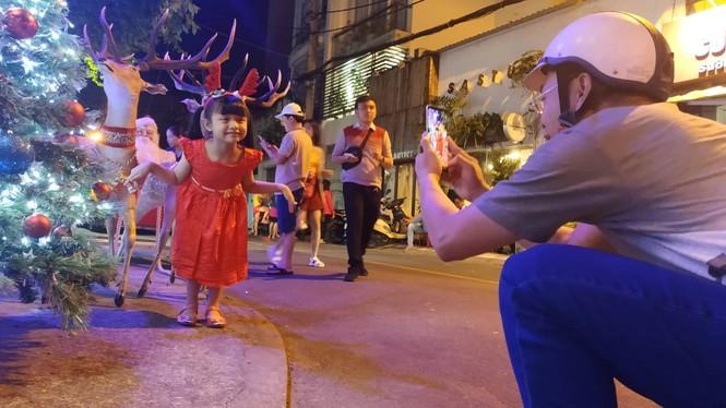 Bố mẹ đưa con đến check-in ở biệt thự lộng lẫy của Đàm Vĩnh Hưng đêm Noel - ảnh 5