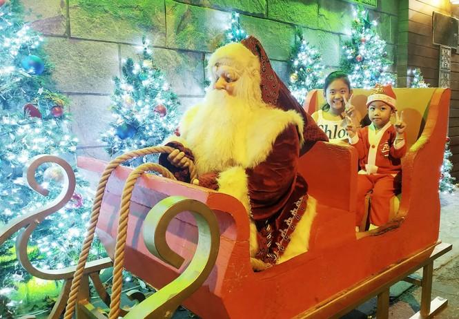 Bố mẹ đưa con đến check-in ở biệt thự lộng lẫy của Đàm Vĩnh Hưng đêm Noel - ảnh 2