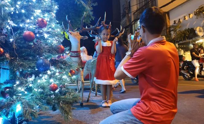 Bố mẹ đưa con đến check-in ở biệt thự lộng lẫy của Đàm Vĩnh Hưng đêm Noel - ảnh 6