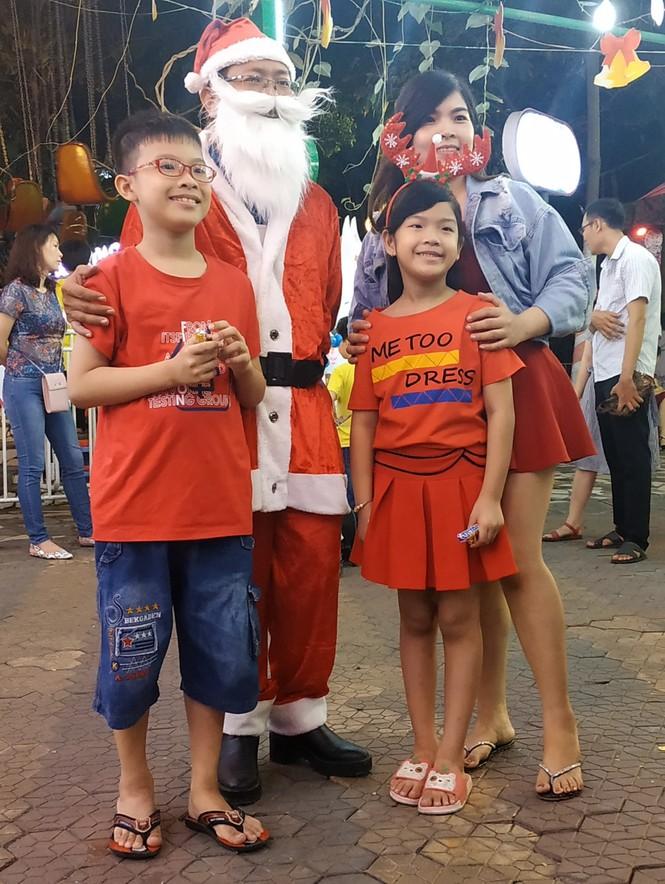 Bố mẹ đưa con đến check-in ở biệt thự lộng lẫy của Đàm Vĩnh Hưng đêm Noel - ảnh 8