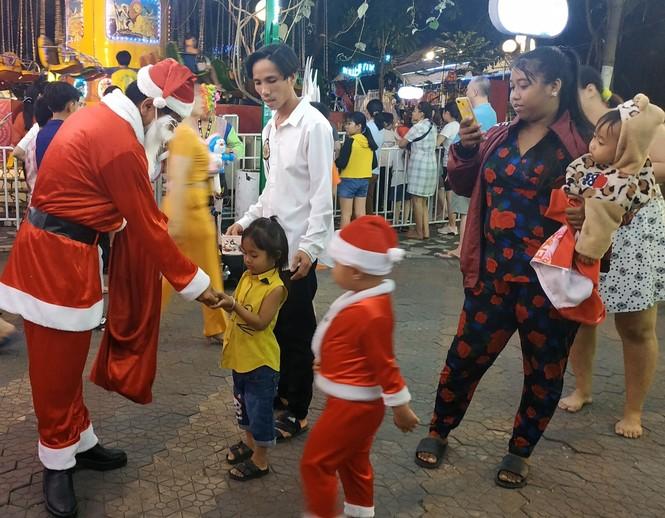 Bố mẹ đưa con đến check-in ở biệt thự lộng lẫy của Đàm Vĩnh Hưng đêm Noel - ảnh 10