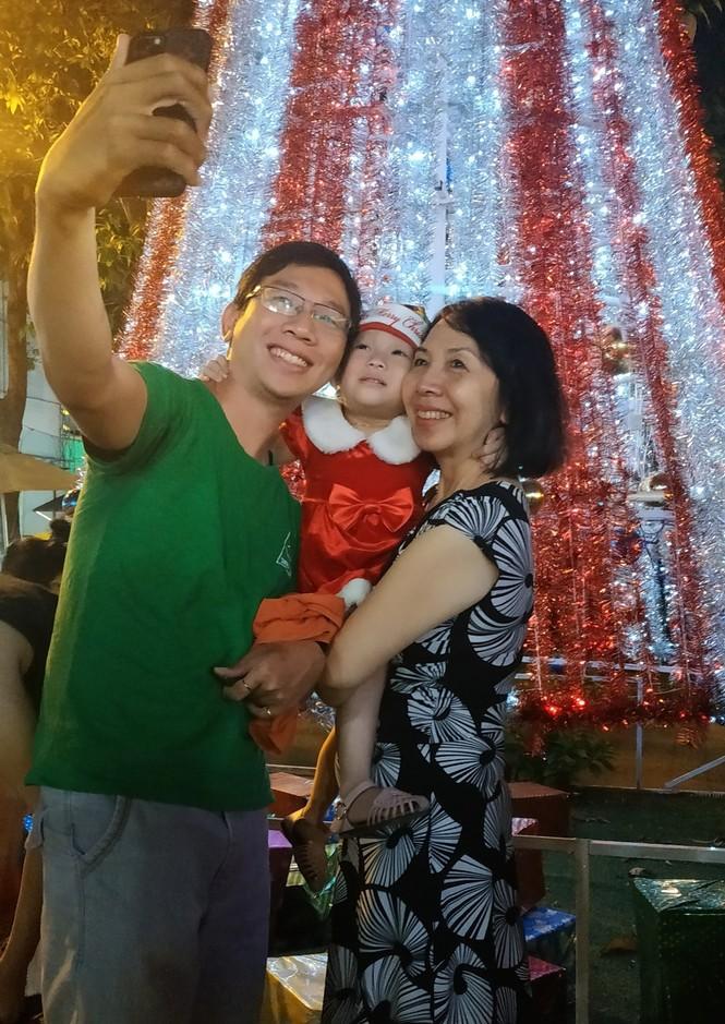 Bố mẹ đưa con đến check-in ở biệt thự lộng lẫy của Đàm Vĩnh Hưng đêm Noel - ảnh 11
