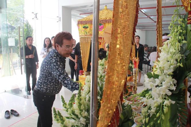 Hồng Tơ, Tấn Beo cùng nhiều đồng nghiệp, bạn hữu đến viếng cố NSƯT Chánh Tín - ảnh 9