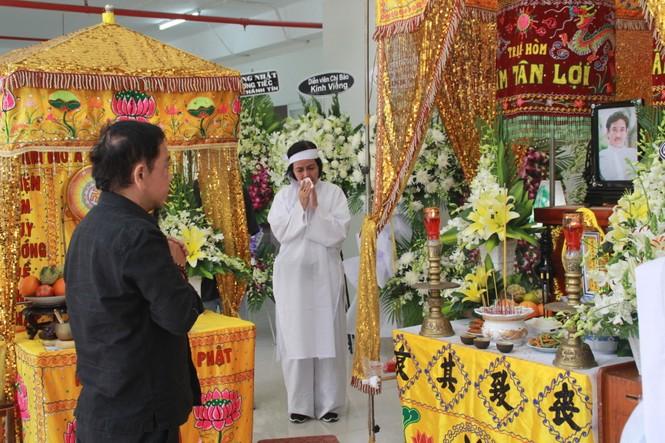Hồng Tơ, Tấn Beo cùng nhiều đồng nghiệp, bạn hữu đến viếng cố NSƯT Chánh Tín - ảnh 4