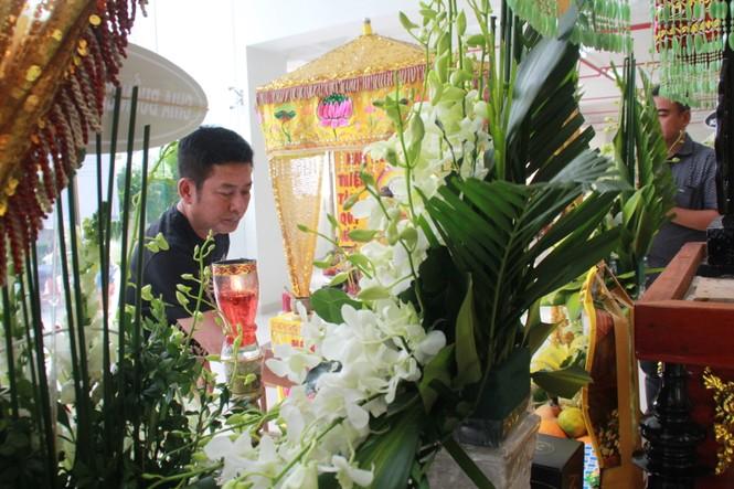 Hồng Tơ, Tấn Beo cùng nhiều đồng nghiệp, bạn hữu đến viếng cố NSƯT Chánh Tín - ảnh 2