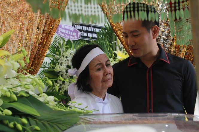 Hồng Tơ, Tấn Beo cùng nhiều đồng nghiệp, bạn hữu đến viếng cố NSƯT Chánh Tín - ảnh 8