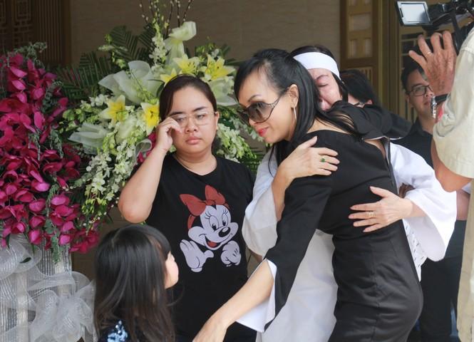 Gia đình con trai nhìn mặt Chánh Tín lần cuối trước giờ phút hoả táng - ảnh 1