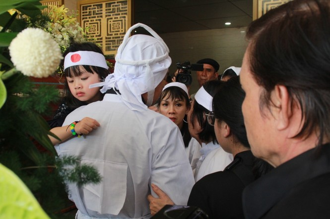Gia đình con trai nhìn mặt Chánh Tín lần cuối trước giờ phút hoả táng - ảnh 12