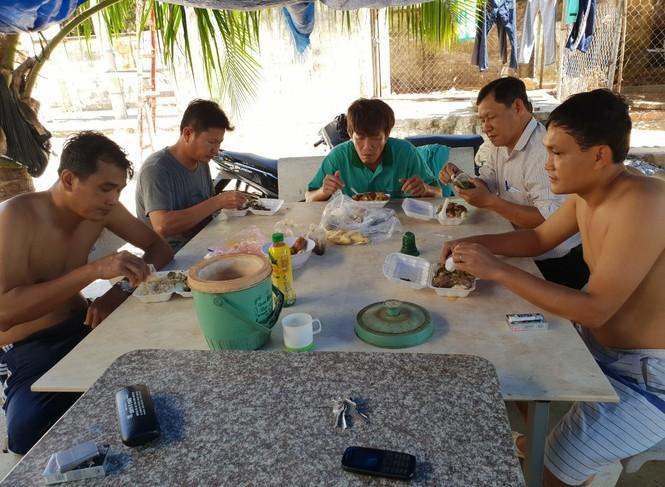 Cảm động 'những chiến binh khử khuẩn' ở Bình Thuận - ảnh 4