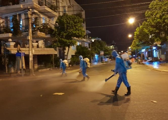 Cảm động 'những chiến binh khử khuẩn' ở Bình Thuận - ảnh 2