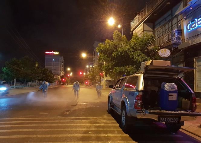 Cảm động 'những chiến binh khử khuẩn' ở Bình Thuận - ảnh 1