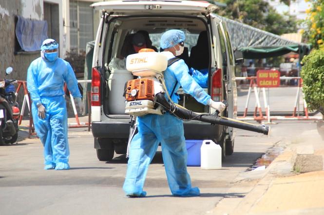 Cảm động 'những chiến binh khử khuẩn' ở Bình Thuận - ảnh 3
