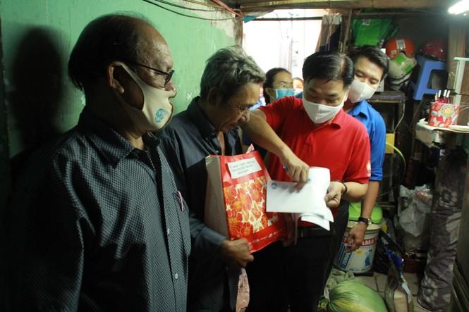 Chống dịch COVID-19, ĐVTN tình nguyện giao cơm, mua nhu yếu phẩm cho người già neo đơn - ảnh 3