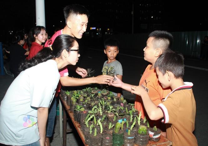 Bạn trẻ tặng một cái cây, gieo một nụ cười' trong đêm ở ký túc xá  - ảnh 16