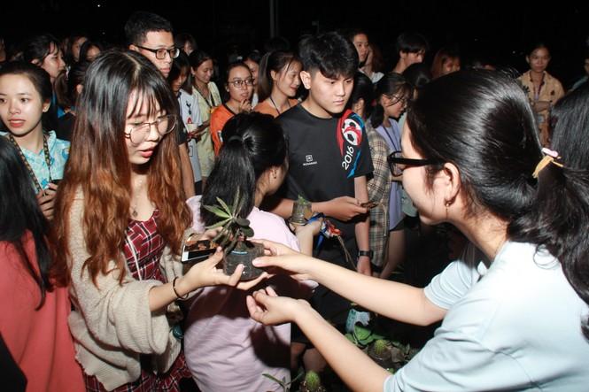 Bạn trẻ tặng một cái cây, gieo một nụ cười' trong đêm ở ký túc xá  - ảnh 8