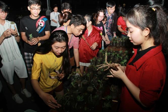 Bạn trẻ tặng một cái cây, gieo một nụ cười' trong đêm ở ký túc xá  - ảnh 13