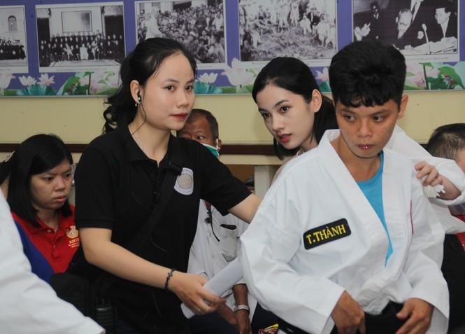 Thí sinh HHVN và các em học sinh rưng rưng tri ân thầy cô lớp học đặc biệt  - ảnh 1