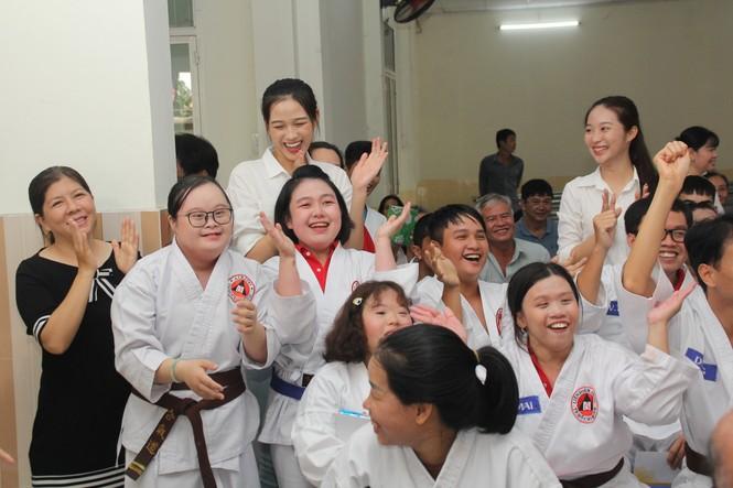 Thí sinh HHVN và các em học sinh rưng rưng tri ân thầy cô lớp học đặc biệt  - ảnh 2