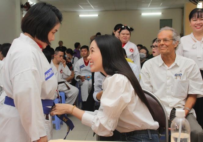 Thí sinh HHVN và các em học sinh rưng rưng tri ân thầy cô lớp học đặc biệt  - ảnh 21