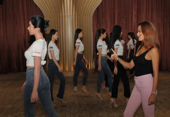 Top 35 thí sinh HHVN 2020 thả dáng sexy, thần thái cuốn hút trên sàn tập vũ đạo - ảnh 10