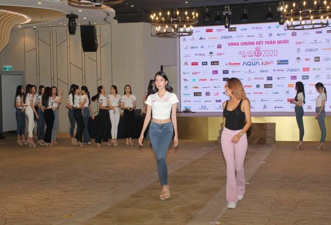 Top 35 thí sinh HHVN 2020 thả dáng sexy, thần thái cuốn hút trên sàn tập vũ đạo - ảnh 4