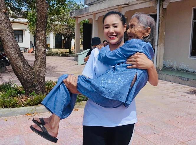 Diễn viên Hồ Bích Trâm hỗ trợ xây nhà, tặng quà bà con vùng bão lũ Quảng Ngãi - ảnh 10
