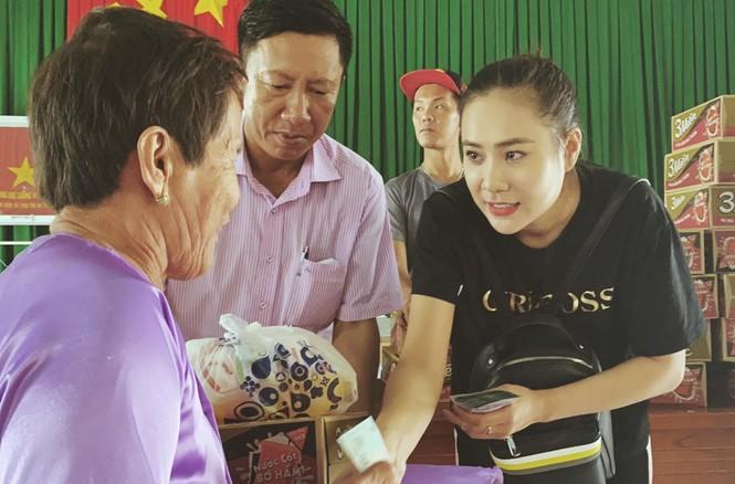 Diễn viên Hồ Bích Trâm hỗ trợ xây nhà, tặng quà bà con vùng bão lũ Quảng Ngãi - ảnh 4