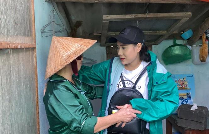 Diễn viên Hồ Bích Trâm hỗ trợ xây nhà, tặng quà bà con vùng bão lũ Quảng Ngãi - ảnh 1