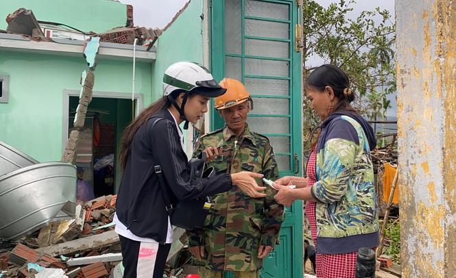 Diễn viên Hồ Bích Trâm hỗ trợ xây nhà, tặng quà bà con vùng bão lũ Quảng Ngãi - ảnh 5